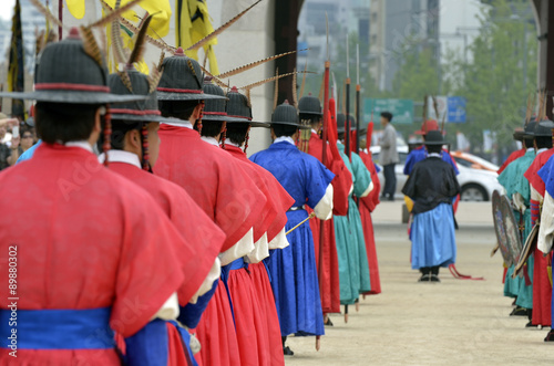 Photo  Row of armed guards in ancient traditional soldier uniforms in the old royal residence, Seoul, South Korea