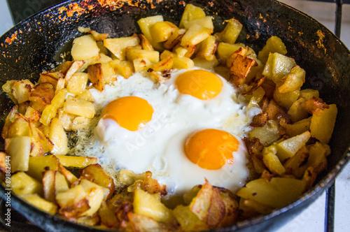 Deurstickers Gebakken Eieren fried potatoes with eggs in pan