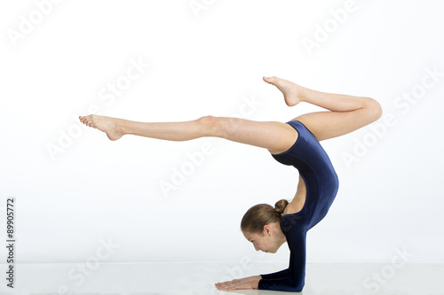 Spoed Fotobehang Gymnastiek Female gymnast doing a handstand pose