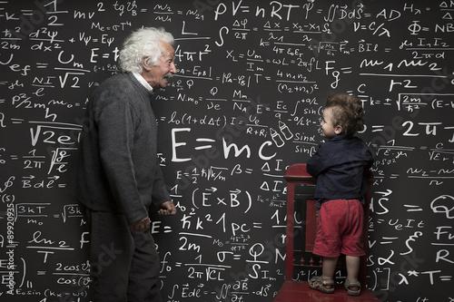 Photo  Nonno scienziato e nipotino con lavagna scritta sullo sfondo