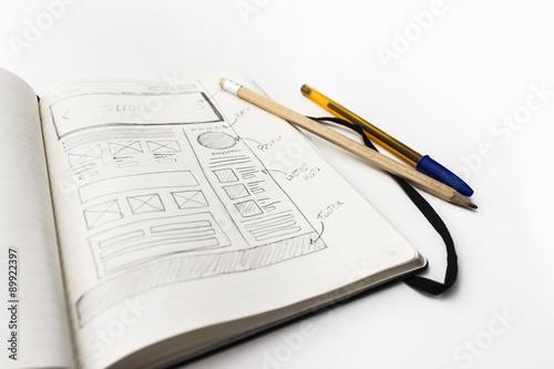 Boceto layout sketch fondo blanco de web en papel