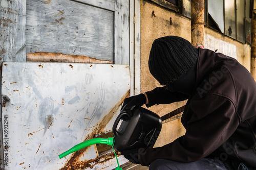 Mann mit Kanister Brandstifter Wallpaper Mural