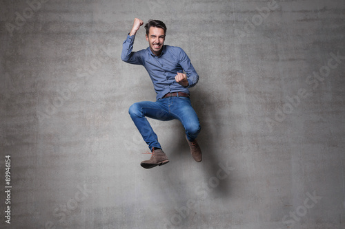Photo  euphoric business man jump wall