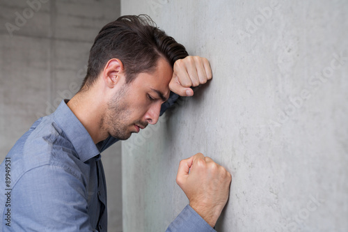 Photo  frustrated young business man