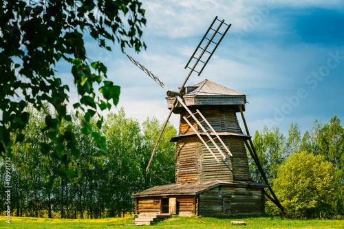 Poster Moulins Old Wooden Windmill in Suzdal, Russia. Summer Spring Season
