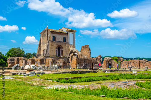 Photo  every year thousands of tourist stroll through ruins of forum romanum in italian capital rome, which used to be city center during antique time