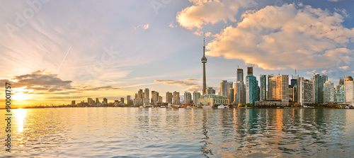 Photo Panorama of Toronto skyline at sunset in Ontario, Canada.