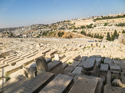Cuadros en Lienzo JERUSALEM, ISRAEL - July 13, 2015: Old jewish graves on the mount of olives in J