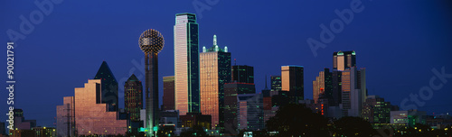 Deurstickers Texas This is the skyline at dusk. It shows the Reunion Tower which is 50 stories high.