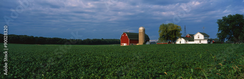 Foto  This is a farm with a silo and barn