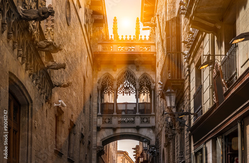 obraz dibond Bridge at Carrer del Bisbe in Barri Gotic, Barcelona. Spain