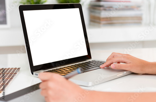 Fotografia  Woman hands working with computer. Laptop with blank screen