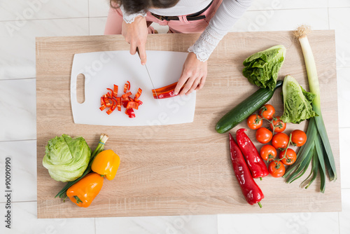 Poster Cuisine Woman Chopping Vegetable On Countertop