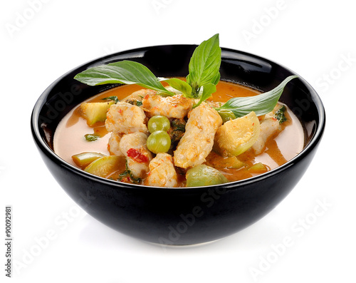 Foto  Schweinefleisch Curry, thailändische Küche auf weißem Hintergrund