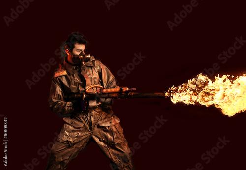Fotografie, Obraz  Voják s plamenometem, tmavé pozadí