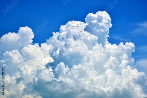 niebo-z-bialymi-chmurami