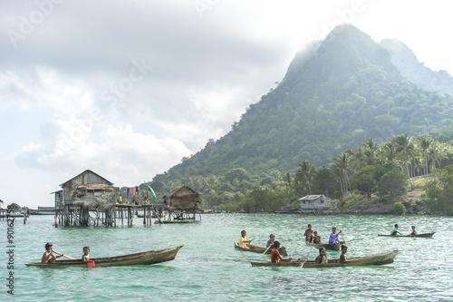 Fotografía  Unidentified Bajau Laut kids on a boat in Bodgaya Island, Sabah, Malaysia