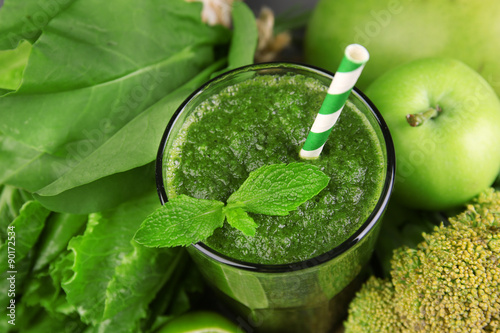 Photo  Green healthy juice with fruits and vegetables close up