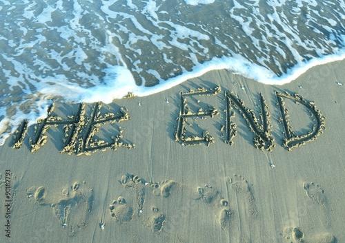 Fotografía  EL FINAL en la playa junto al mar, mientras que la onda viene