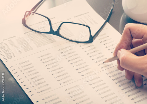 Man filling a standardized test form Fototapet