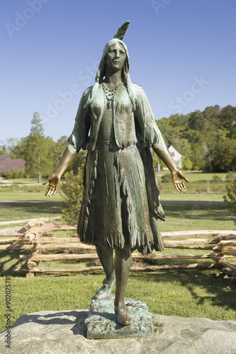 Fotomural Pocahontas Statue, by William Ordway Partridge, erected in 1922, representing Pocahontas the favorite daughter of Powhatan, who ruled the Powhatan Confederacy
