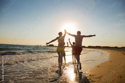 Fotografering  Junge Familie am Strand