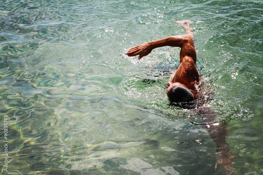 Photo  Strong muscular man swimming in the sea ocean scrawl style