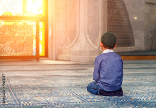 Photo  a little boy in the mosque