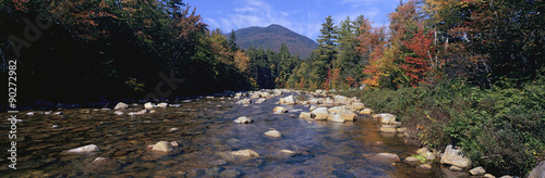 Fotografía Panoramic view of an autumn waterway along the Kancamagus Highway in the White M