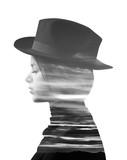 Podwójnej ekspozycji dziewczyna ubrana w kapelusz i zachód słońca monochromatyczne - 90276745