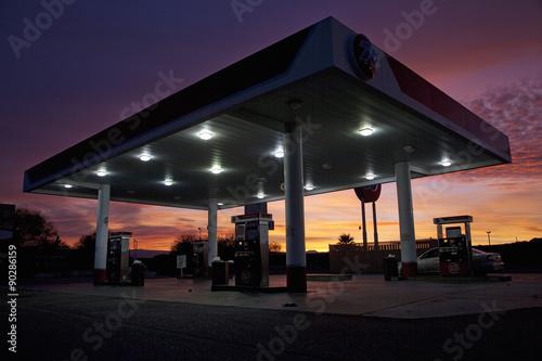 Fototapeta  Sunrise purpurové nebe nad bazénem a motelu v Kalifornii Baker Interstate 15 dálnice