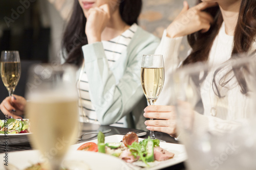 Fotografía  Women have a meal while drinking champagne
