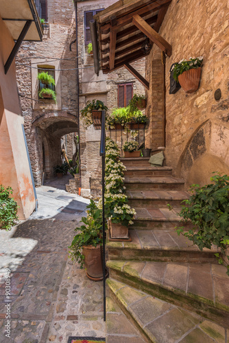 ulice-i-schody-w-pieknym-kolorowym-miasteczku-w-srodkowych-wloszech