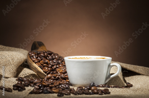 Cadres-photo bureau Café en grains White cup with coffee beans