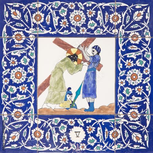 Cuadros en Lienzo Jerusalem - Simon of Cyrene help Jesus to carry his cross - ceramic