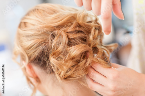 Spoed Foto op Canvas Kapsalon Acconciatura sposa capelli lunghi biondi raccolti