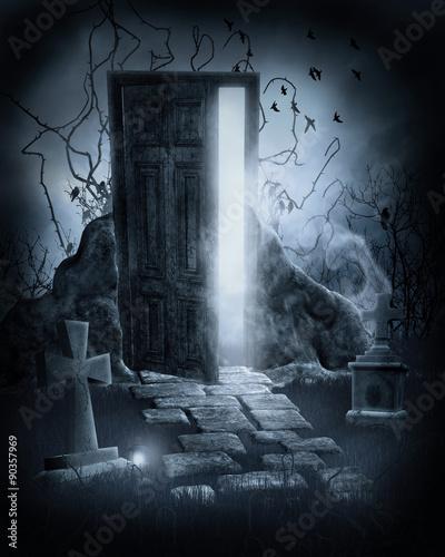 Magiczne drzwi na starym cmentarzy nocą