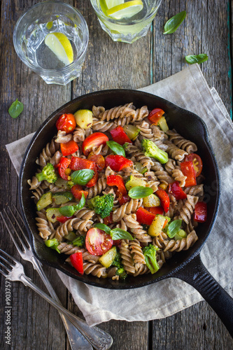 Photo  Whole wheat fusilli pasta  with vegetables