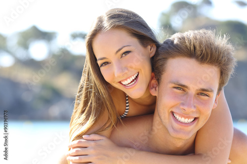 Stampa su Tela Couple with perfect smile posing on the beach