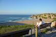 turista disfrutando de las vistas de la Playa de Usgo, Cantabria