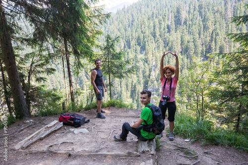 Poster Kaki Hikers taking a break on a mountain peak