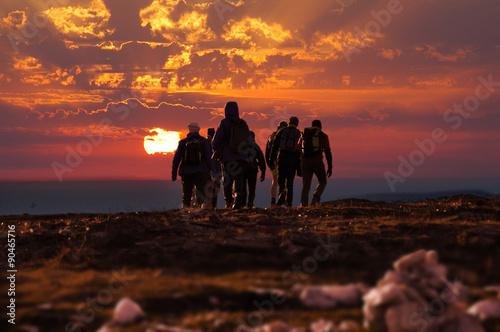 Fototapeta trekking persone al tramonto obraz