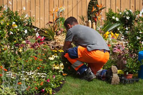 Jardinier dans un jardin public