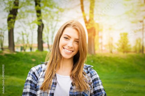 Plakat Piękna nastoletnia dziewczyna w parku w jesieni ono uśmiecha się
