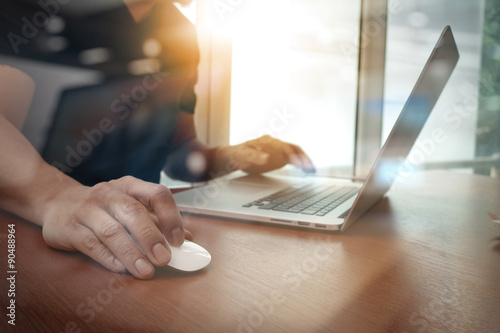 Fotografie, Obraz  Zblízka obchodní muž rukou pracující na přenosném počítači na dřevo