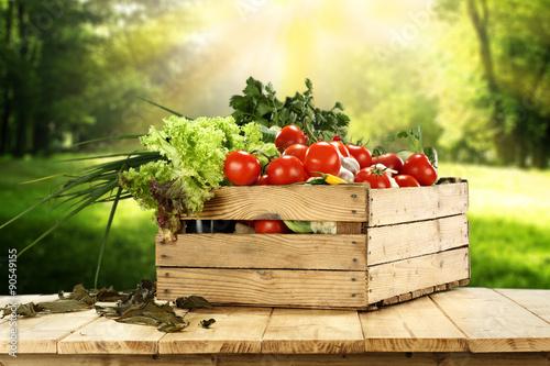pyszne-warzywa-w-drewnianej-skrzynce-w-ogrodzie