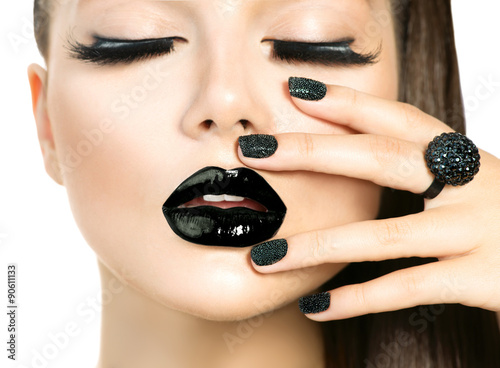 Photo sur Toile Fashion Lips Beautiful fashion model woman with long lashes and black makeup