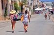 due donne camminano verso il mare in una località balneare