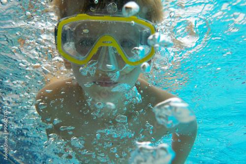 Foto op Plexiglas Duiken Kind beim Tauchen