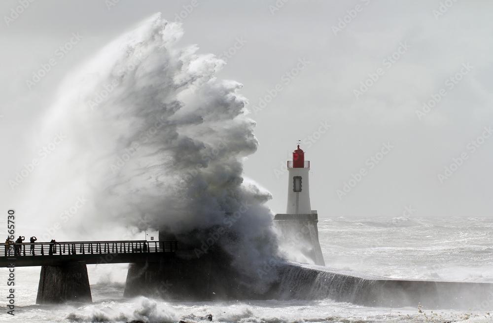 Fototapeta Tempête sur le phare de la grande jetée (La Chaume)